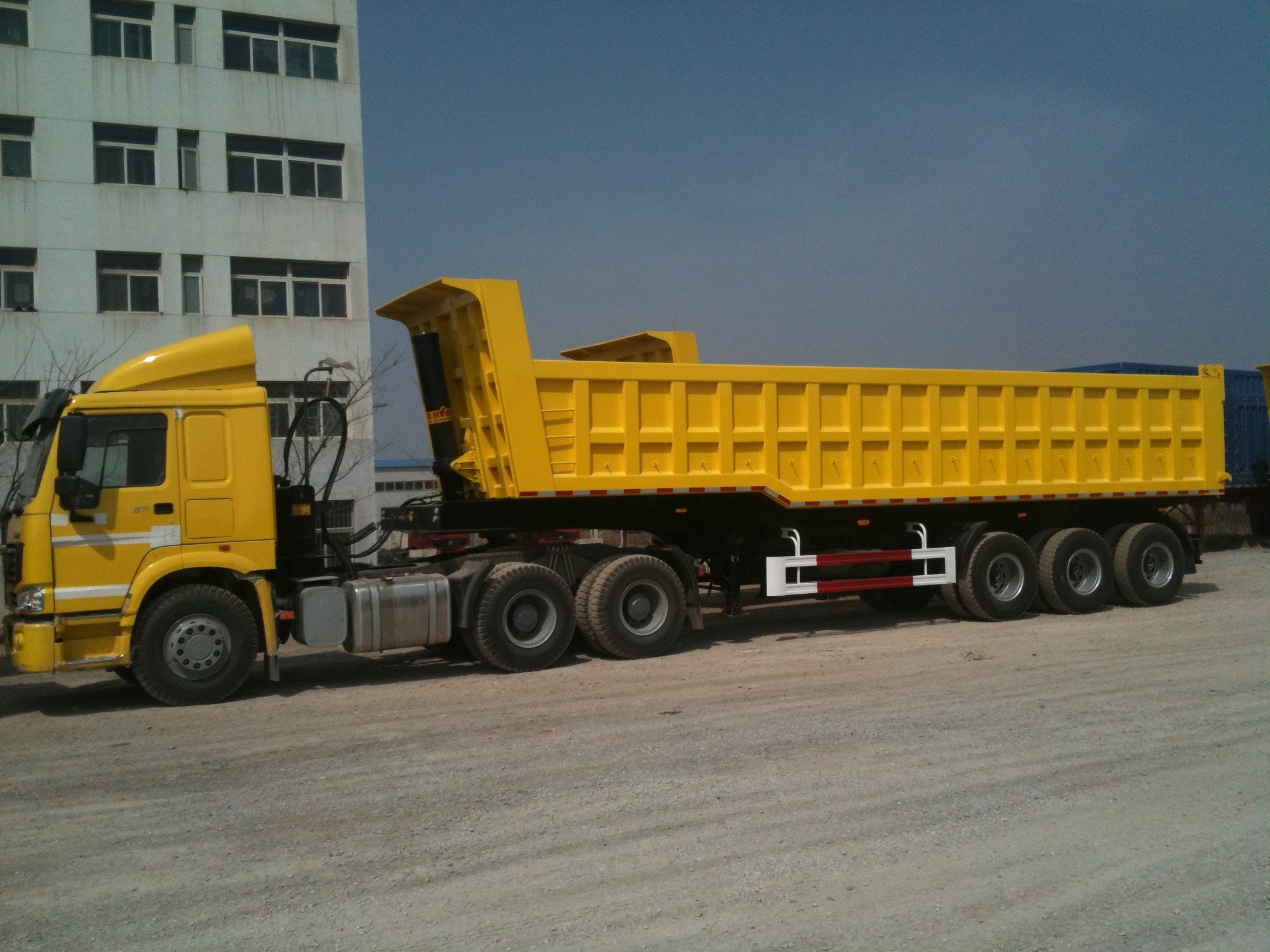42 cbm Dump Semi-trailer with 3 BPW axles and hydraulic rear Discharge system for 80 Tons