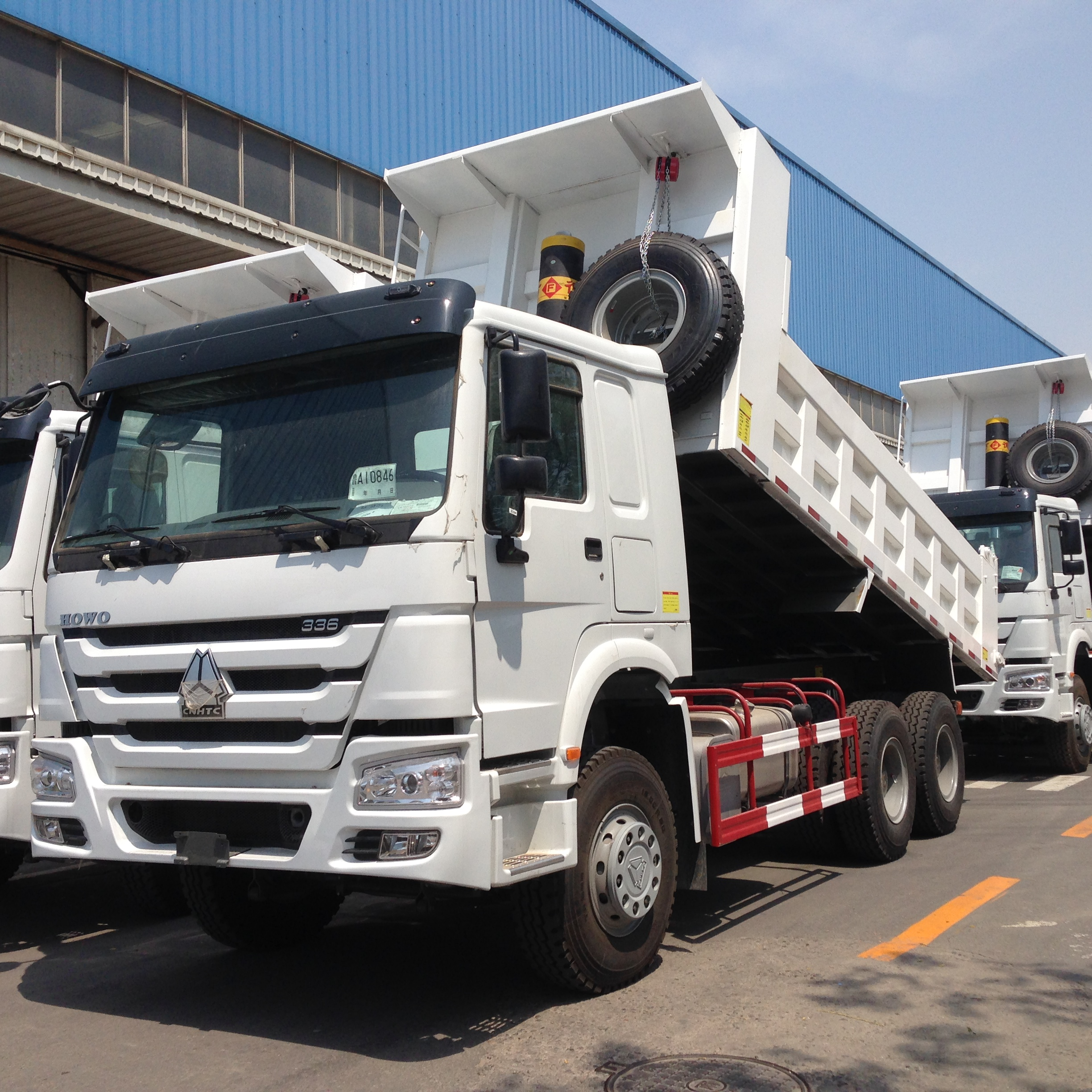 ZZ3257N3847W-SINOTRUK HOWO Tipper Truck with 336 HP Engine and 18 cbm Rear Hydraulic Box and 1 sleeping bed